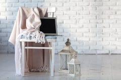 Chaise moderne dans le plancher intérieur en bois de parquet de chambre blanche Photos stock