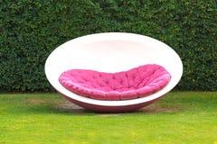 Chaise moderne sur le jardin Photographie stock libre de droits