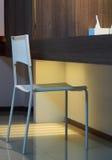 Chaise molle blanche de couleur de forme légère dans une chambre d'amis d'hôtel de tourisme Image libre de droits
