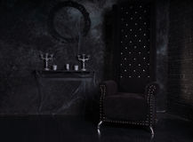 Chaise noire de dos de haute dans l'arrangement mystérieux de Halloween Images stock
