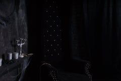 Chaise noire de dos de haute de peluche dans l'arrangement mystérieux Photographie stock