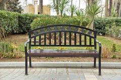 Chaise noire de fer Banc noir sur la rue Banc en parc sur un fond d'arbre de vert de brique images libres de droits