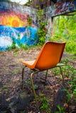 Chaise orange dans le bâtiment abandonné