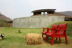 Chaise rouge dans la ferme Photo stock