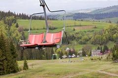Chaise rouge de chaise de chaise au-dessus du paysage de montagne des montagnes de Kartat Photo libre de droits