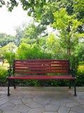 chaise rouge en parc image libre de droits