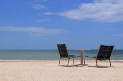 Chaise sur la plage au bord de la mer images stock