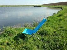 Chaise sur le bord de lac Photo stock