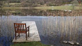 Chaise vers le lac, Irlande Photo stock