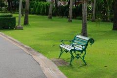 Chaise verte dans le jardin Photo libre de droits