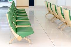 Chaise verte dans le nouvel aéroport de Chitose, Chitose, Hokkaido, Japon Image stock