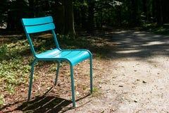 Chaise verte moderne dans la forêt foncée avec l'espace de copie Image libre de droits