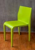 Chaise verte sur le plancher en bois Photos libres de droits