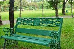 Chaise verte vide en parc photos stock