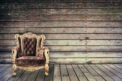 Chaise vide de vintage dans la vieille pièce en bois grunge Photographie stock libre de droits