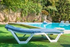 Chaise zitkamer door de pool Stock Foto