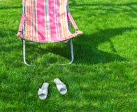 Chaise zitkamer op een gazon Royalty-vrije Stock Fotografie
