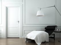 Chaise zitkamer op witte klassieke muur Stock Afbeeldingen
