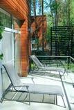 Chaise zitkamers dichtbij ruimte in luxetoevlucht Stock Fotografie