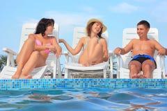 chaisen varar slö reclining le kvinnor för man arkivfoto