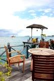 Chaises à la plage tropicale - fond de vacances Photographie stock libre de droits