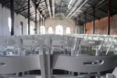 Chaises alignées dans le Hall photos libres de droits