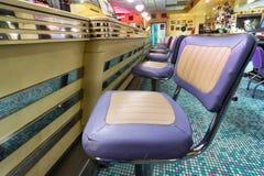 Chaises américaines de barre de wagon-restaurant de style photographie stock libre de droits