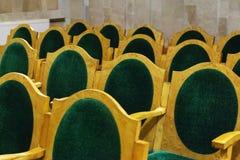 Chaises avec la tapisserie d'ameublement verte, rangées photos libres de droits