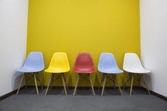 Chaises avec le mur jaune dans le bureau image stock image du