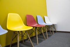 Chaises avec le mur jaune dans le bureau photo stock image du