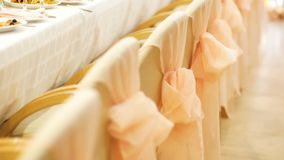Chaises beiges décorées du ruban rose closeup banque de vidéos