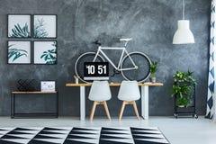 Chaises blanches dans l'intérieur d'espace de travail Image stock