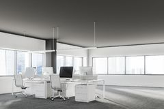Chaises blanches dans l'intérieur de bureau de grenier, foncé Photographie stock libre de droits