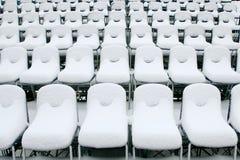 Chaises blanches de stade couvertes dans la neige Photo stock