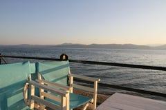 Chaises blanches et bleues au coucher du soleil dans les alcoolos, Evia du nord, Grèce, N Photos stock