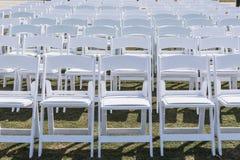 Chaises blanches installées pour épouser Image stock