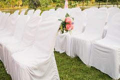 Chaises blanches vides Photo stock