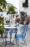 Chaises bleues dans le village espagnol Images stock