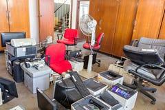 Chaises cassées de bureau et déchets électroniques Photographie stock libre de droits