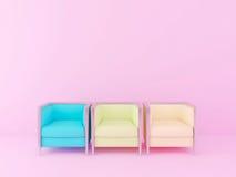 Chaises colorées dans la salle rose Photos libres de droits