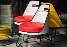 Chaises colorées en café Chaises d'OutdooColorful en café Chaise de détente de détente extérieure de chairr Image libre de droits