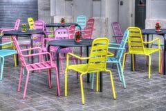 Chaises colorées en café Valencian, Espagne photographie stock libre de droits
