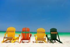 Chaises colorées sur la plage des Caraïbes Images stock