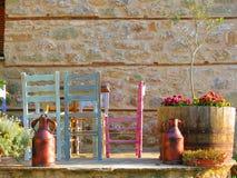 Chaises colorées sur le porche Photo stock