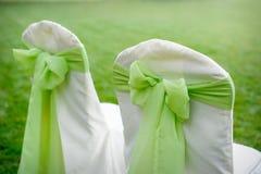 Chaises décorées avec les arcs verts Photographie stock