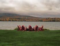 Chaises d'Adirondack autour d'un puits du feu image libre de droits