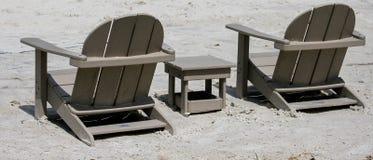 Chaises d'Adirondack dans le sable Photographie stock libre de droits