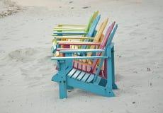 Chaises d'Adirondak colorées par pastel sur la plage dans Aruba Images stock