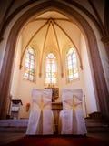 Chaises dans l'église pour la cérémonie de mariage à l'autel image stock