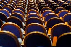 Chaises dans la rangée au hall Image libre de droits